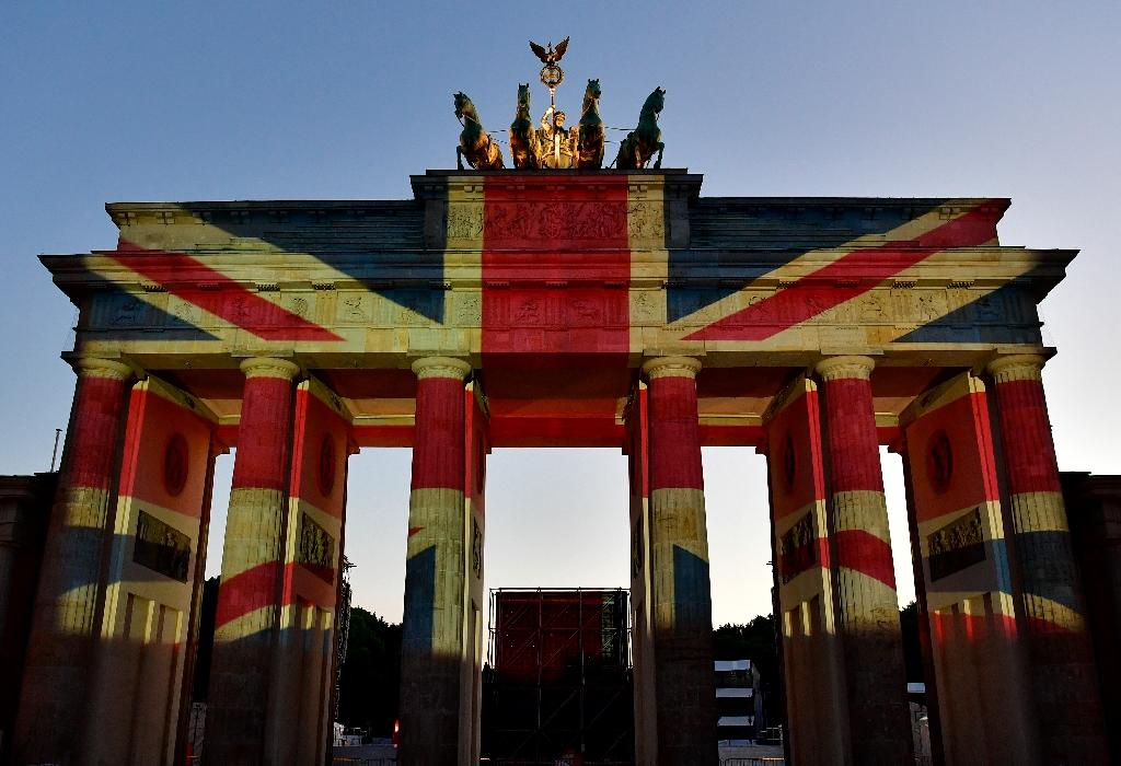 The colors of British flag are projected on Brandenburg Gate on in tribute to the victims of the London attack (AFP Photo/John MACDOUGALL)