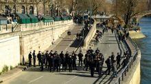 Polizisten räumen volle Seine-Quais in Paris