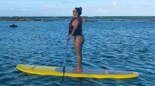 Carla Perez se diverte em praia e fãs elogiam boa forma da ex-dançarina