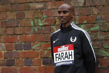 El atleta británico, Mo Farah, posa para una fotografía después de una conferencia de prensa en Birmingham, Inglaterra.