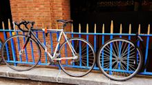Enfrentó al ladrón que intentaba robarle la bicicleta… y te asombrará su respuesta