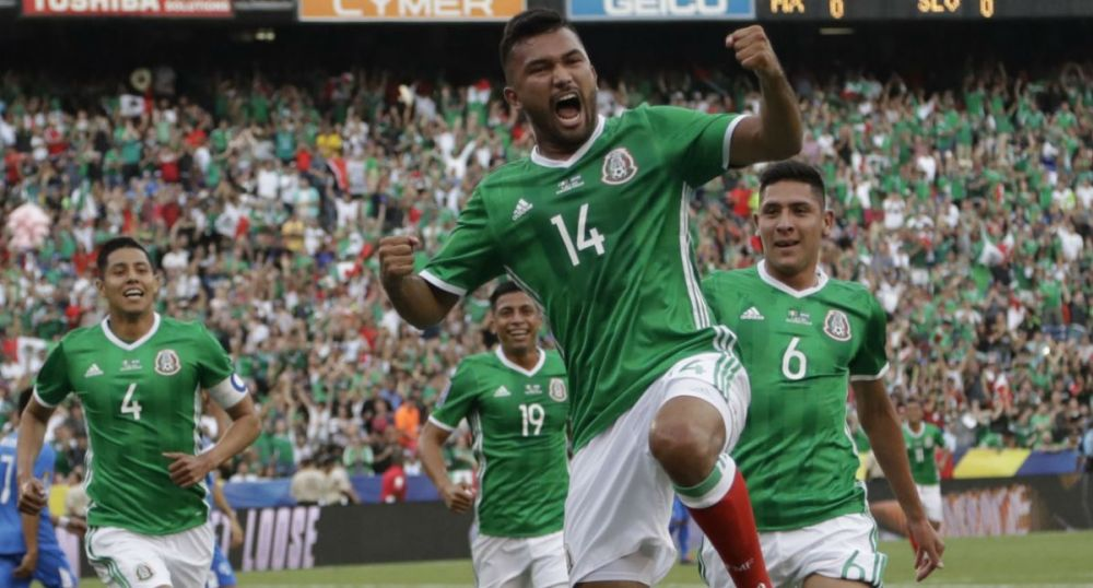 Mexico's Hedgardo Marin (14) celebrates with teammates after scoring the opening goal against El Salvador on Sunday. (Yahoo Deportes)