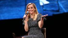 Reese Witherspoon y su club de lectura podrían motivarte a leer más