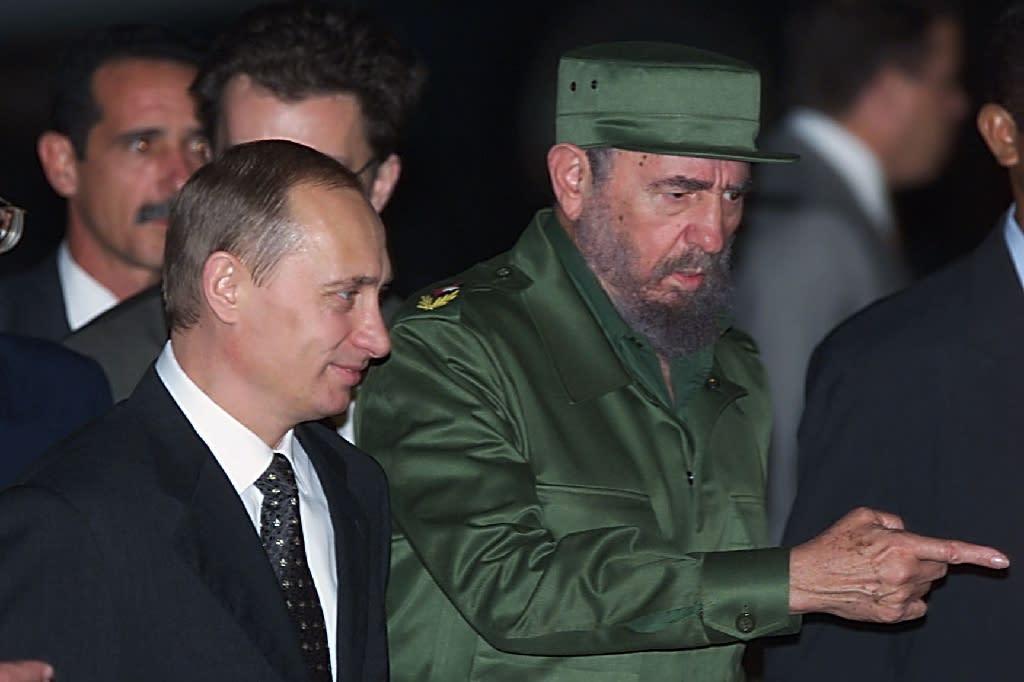 Then Cuban President Fidel Castro (R) welcomes Russian President Vladimir Putin to Jose Marti Airport in Havana on December 13, 2000 (AFP Photo/Sergei Chirikov)