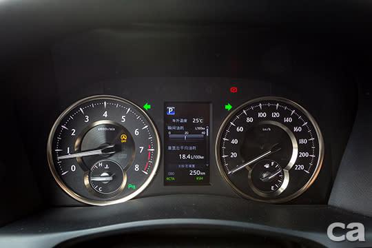 鑲上金色邊框的儀錶板,讓Alphard駕駛座精緻度跟著外觀一起升級。