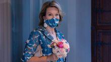 Matilde de Bélgica, la primera 'royal' que se pone la mascarilla como complemento de moda