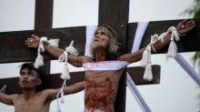 Gläubige auf den Philippinen lassen sich ans Kreuz nageln