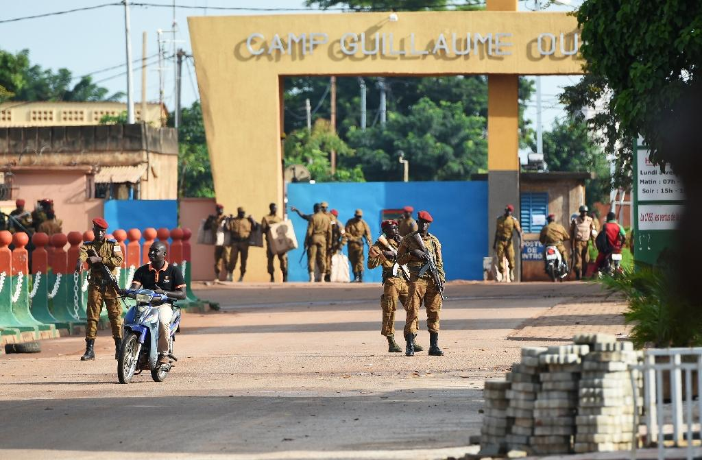 Burkina Faso army troops stand guard outside Guillaume Ouedraogo military camp in Ouagadougou on September 22, 2015 (AFP Photo/Sia Kambou)