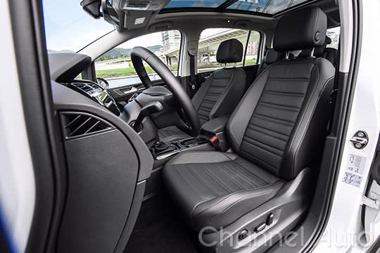 包覆感大增的透氣真皮跑車座椅,讓Touran乘坐舒適度與質感大幅提升。