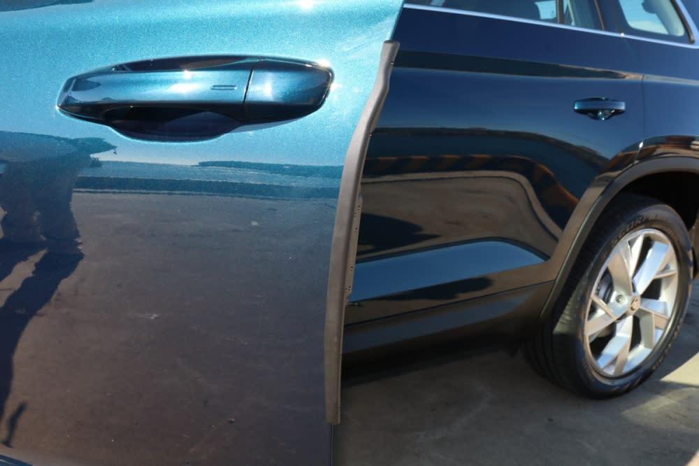 可隨車門起閉自動伸出的橡膠防護條能有效避免碰撞鄰車留下傷痕