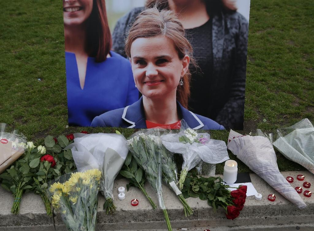 Floral tributes and candles are placed by a picture of slain Labour MP Jo Cox at a vigil in London's Parliament Square on June 16, 2016 (AFP Photo/Daneil Leal-Olivas )