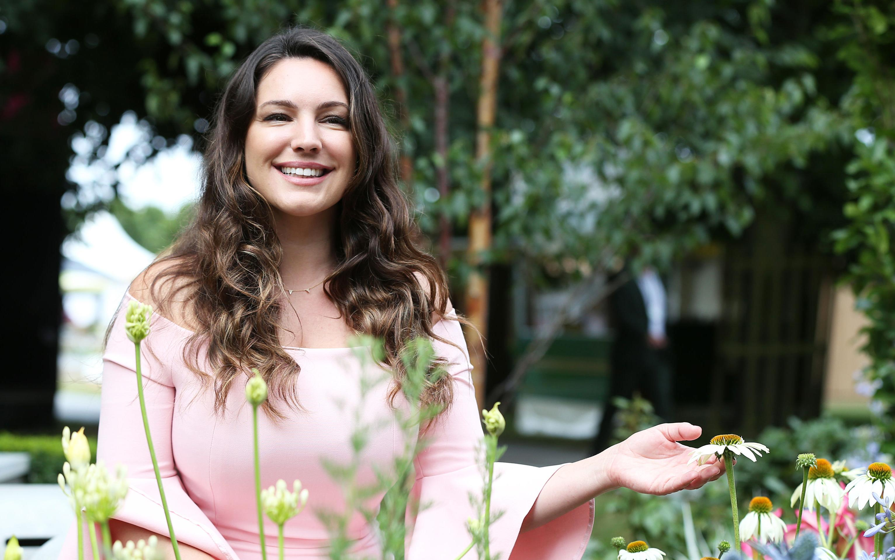 Response to a twitter troll who shamed her for not wearing makeup - Kelly Brook Fires Back At Fat Shaming Trolls Who Attacked Her Bikini Photo