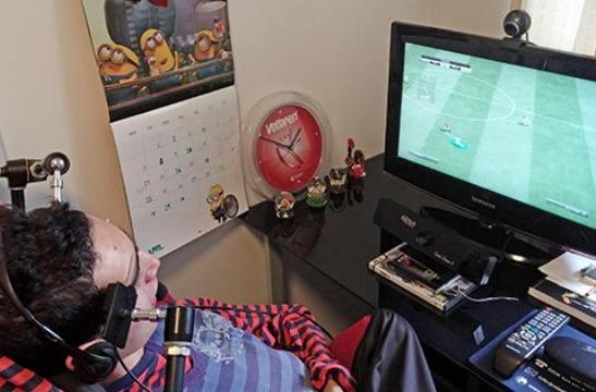 Custom controller lets disabled man dig into Minecraft using his eyebrows