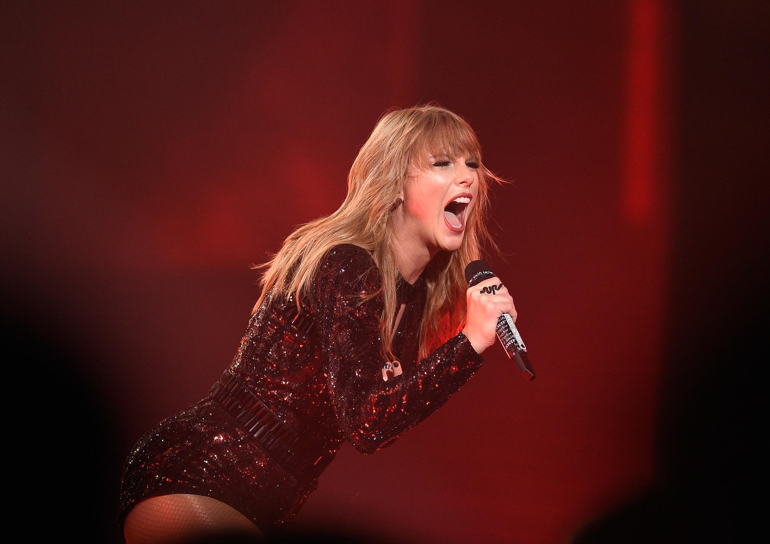 LOS ANGELES, CA - OCTOBER 09:  Taylor Swift performs on stage at the 2018 American Music Awards at Microsoft Theater on October 9, 2018 in Los Angeles, California.  (Photo by Kevork Djansezian/AMA2018/Getty Images For dcp )
