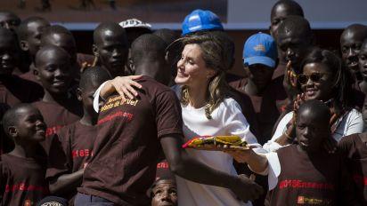 La reina Letizia impresiona con su sencillez en encuentro con niños en África; mira lo que hizo