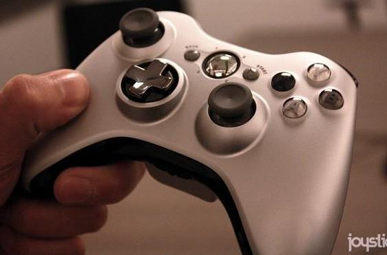 Xbox 360's transforming D-pad controller gets handled on video