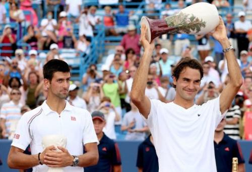 Novak Djokovic (i) y Roger Federer tras la final del Masters 1000 de Cincinnati que ganó Federer
