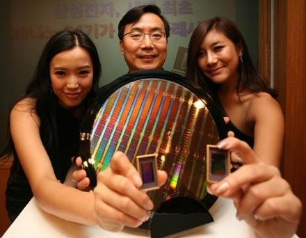 Samsung reveals first 30-nm 64Gb NAND chip -- and a bit of skin