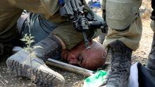 Soldado israelense imobiliza palestino com joelho e causa indignação