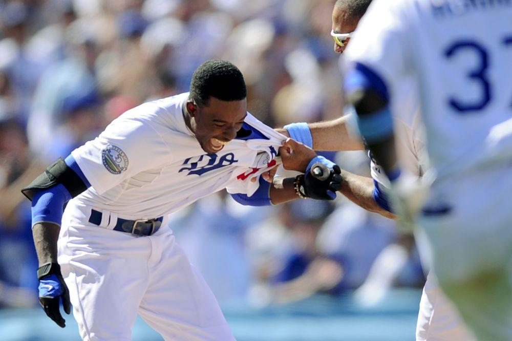 Dee Gordon, de los Dodgers de Los Angeles, celebra con compañeros después de producir la carrera de la victoria sobre los Medias Blancas de Chicago, en la 10ma entrada del juego del domingo 17 de junio de 2012, en Los Angeles.  (Foto AP/Gus Ruelas)
