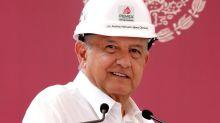 Presidente de México reitera plan energético en visita a refinería amenazada