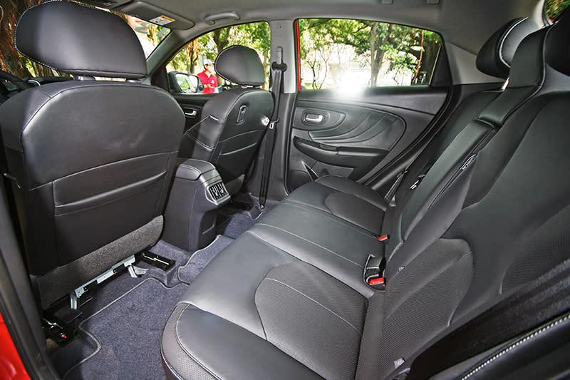 後座空間不僅極為寬敞,同時椅背傾角設定以及座椅承托性也相當優異。