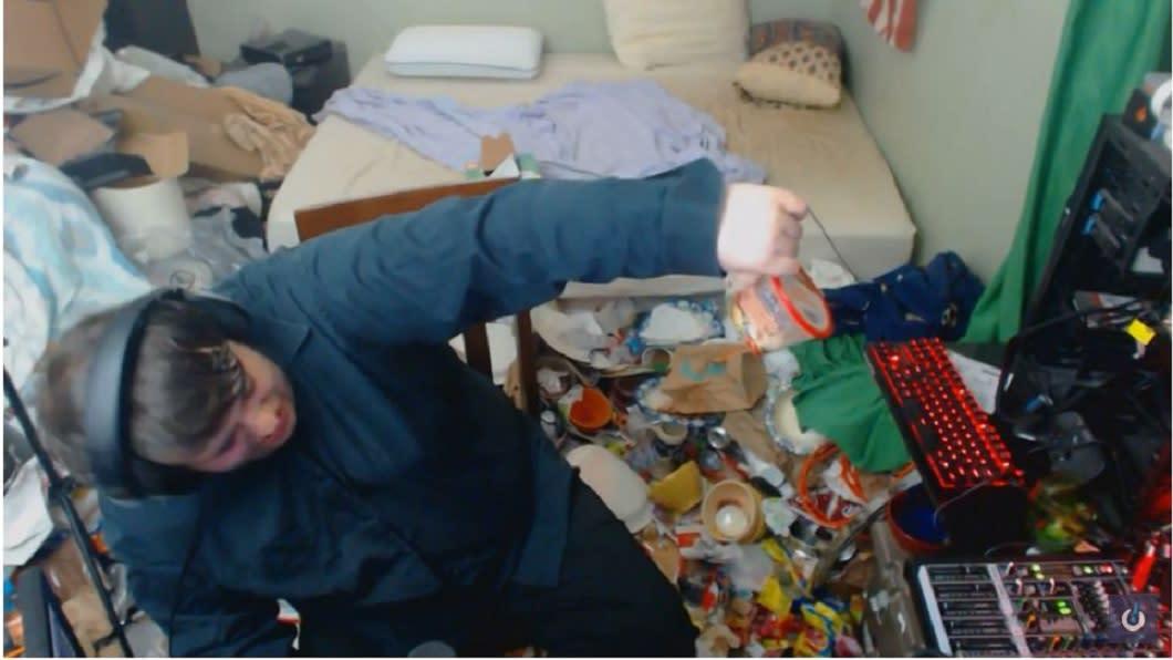 美國一名直播煮透露,自己14年來從未打掃過房間,房內髒亂不堪。(圖/翻攝自YouTube)
