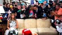 """""""Vestido espectacular; vida aterradora"""": la foto viral de Melania Trump sentada en un sofá de la Casa Blanca sola y rodeada de fotógrafos"""