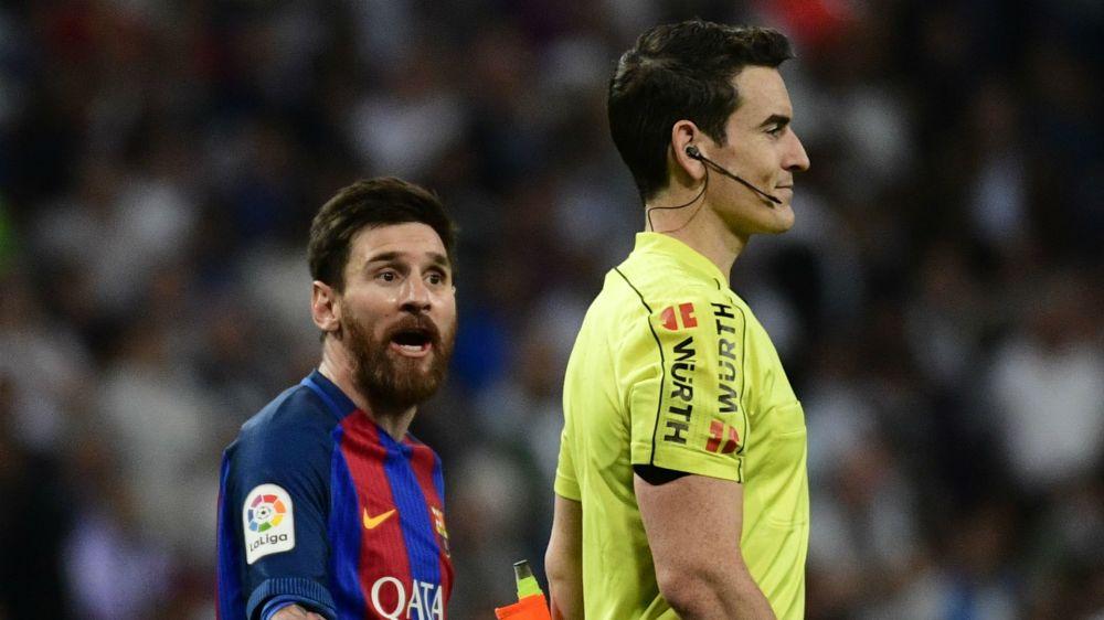 ¡Tarjeta árbitro! - La reacción de Messi al ser zancadilleado por Casemiro