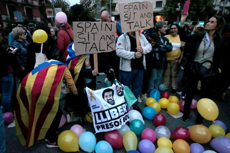 On Monday protesters in barcelona urged the Spanish government to engage in talks (AFP Photo/Pau Barrena)