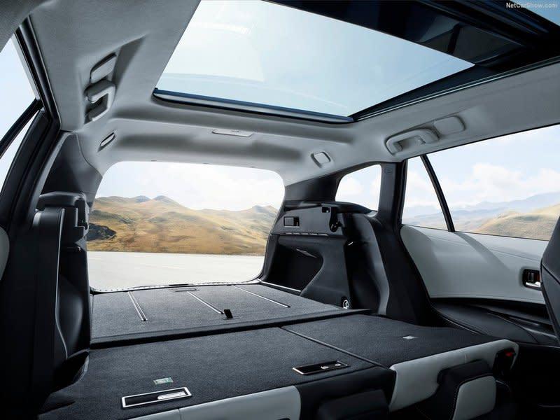 軸距比掀背Corolla車型增加至2700mm,旅行車設定也讓置物方面有著598公升使用空間。