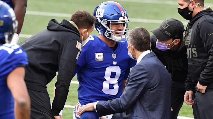 Giants' Daniel Jones exits game with hamstring injury