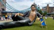 Una estatua de Jeff Goldblum semi desnudo aparece en pleno Londres por sorpresa