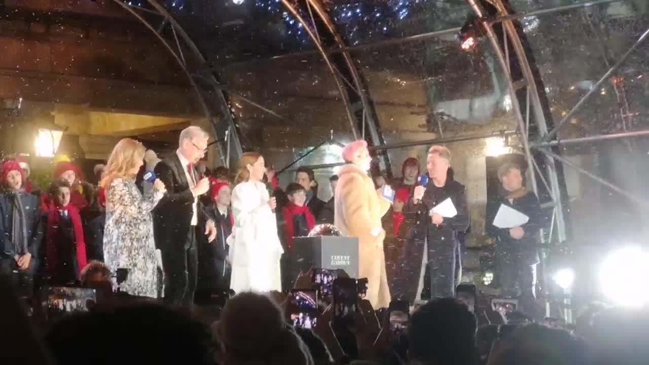 Emma Thompson sings karaoke at Covent Garden in London - Yahoo News UK