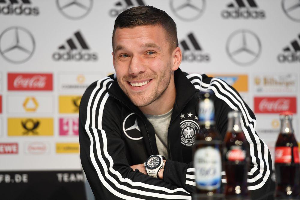 Lukas Podolski diskutiert beim Friseur über Fußball