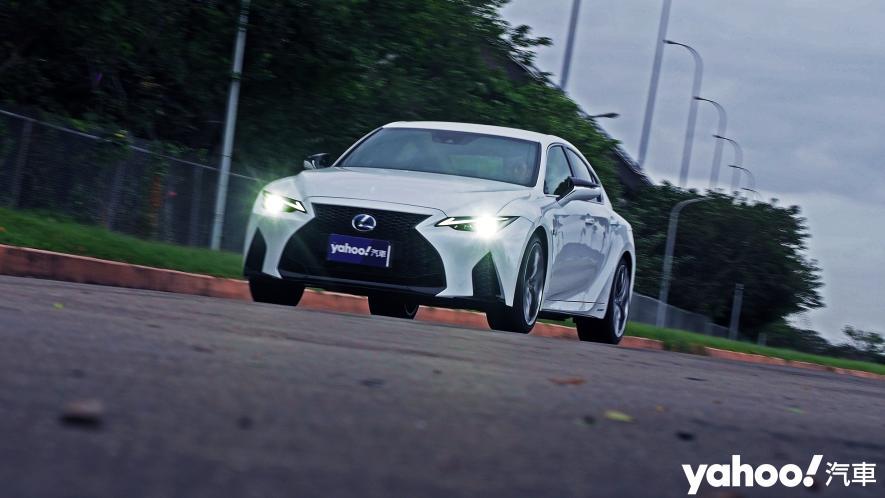 跑格煉成陣下的折衷之作!2021 Lexus小改款IS300h F Sport試駕 - 1