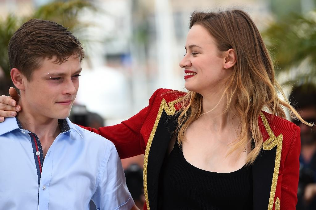 """French actors Rod Paradot and Sara Forestier pose for a photocall for the film """"Standing Tall"""" at Cannes Film Festival on May 13, 2015 (AFP Photo/Anne-Christine Poujoulat )"""