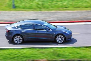 Tesla Model 3遇水開到保險桿掉落,這是新的創意驚喜嗎?