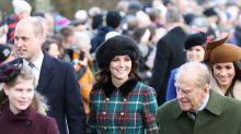 Kate Middleton realza su clase en gabardina de cuadros