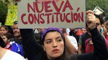 Elecciones en Chile: por qué es tan polémica la Constitución de Pinochet que 155 representantes van a sustituir