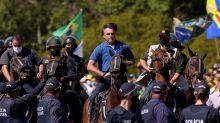 Bolsonaro usa helicóptero e anda a cavalo para prestigiar ato na Esplanada contra STF e Congresso