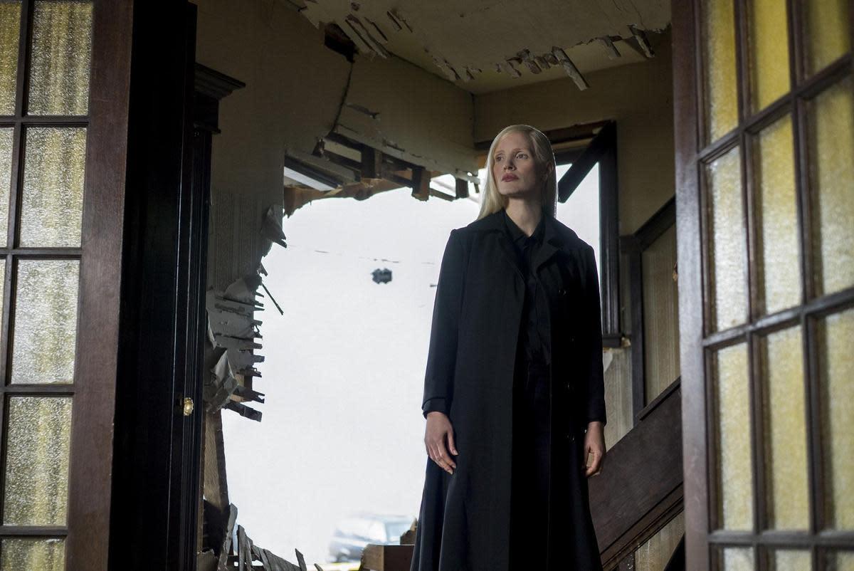 潔西卡雀絲坦特別跨刀演出反派,神祕的黑暗力量與她有關,琴葛雷也在她的挑撥離間下一步步黑化。(福斯提供)