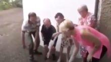 Cinque anziani bruciano le mascherine: la scena che è stata condivisa sui social Network