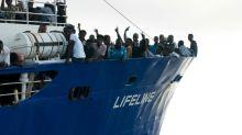 """El buque """"Lifeline"""" espera en el mar solución diplomática con 230 migrantes"""