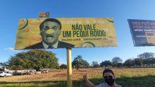 """Moradores de Palmas fazem outdoors contra Bolsonaro: """"Não vale um pequi roído"""""""