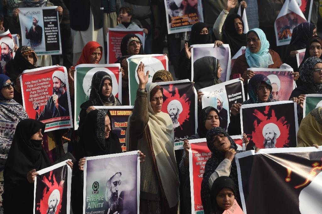 Pakistani Shiite Muslim women shout slogans during a protest in Lahore on January 3, 2016, against the execution of Nimr al-Nimr by Saudi authorities (AFP Photo/Arif Ali)