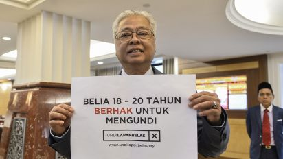 Malaysia lawmakers passed bill to lower voting age to 18