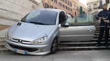Auto kommt von Straße ab - und landet auf Spanischer Treppe