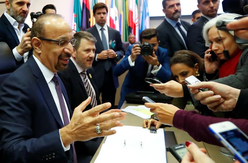 Il Ministro del Petrolio dell'Arabia Saudita Khaled al-Falih parla con i giornalisti all'inizio del vertice OPEC a Vienna, in Austria, il 6 dicembre 2018. Credits to: REUTERS/Leonhard Foeger.