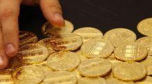 Oro cae por fortaleza del dólar y rendimientos más altos de bonos Tesoro EEUU